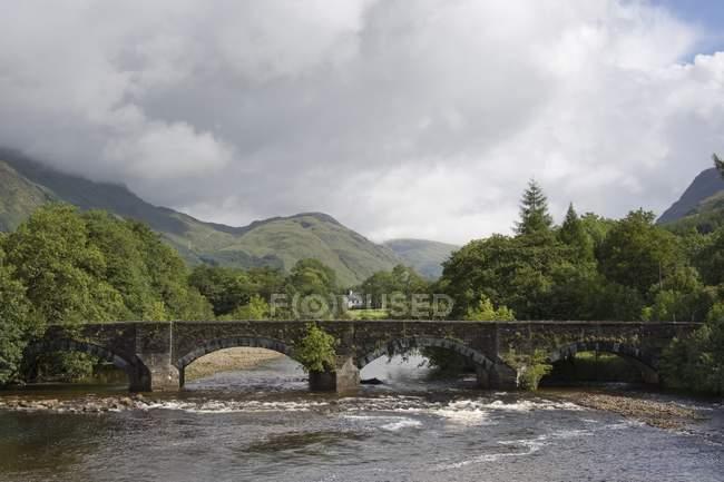 Stone Bridge Over River, Écosse — Photo de stock