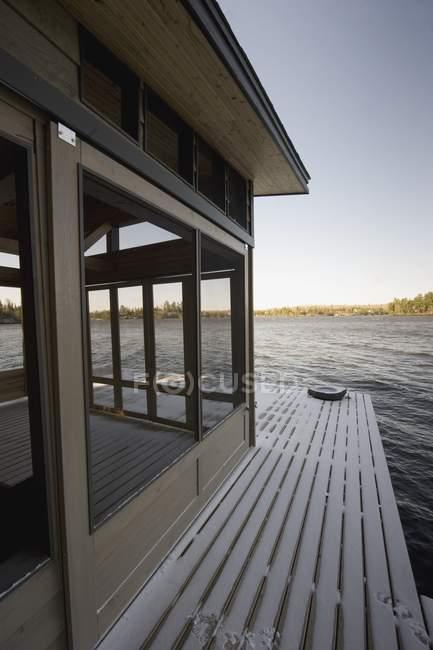 Vista dal cottage sul lago dei boschi. Ontario, Canada — Foto stock