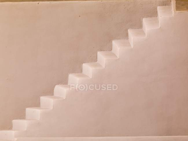 Escalier blanc contre mur — Photo de stock