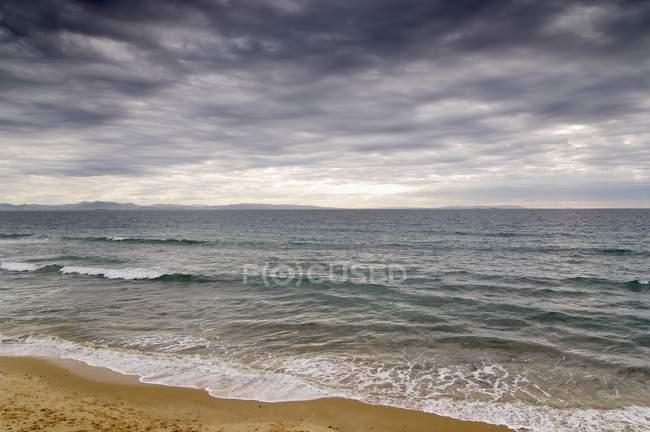 Nubes de tormenta sobre el agua - foto de stock