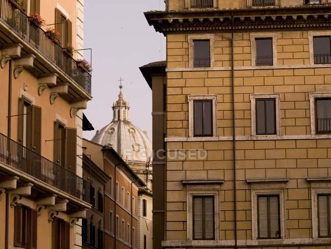 Vista das casas e cúpula — Fotografia de Stock