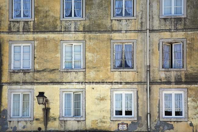 Ventanas en la fachada del edificio - foto de stock