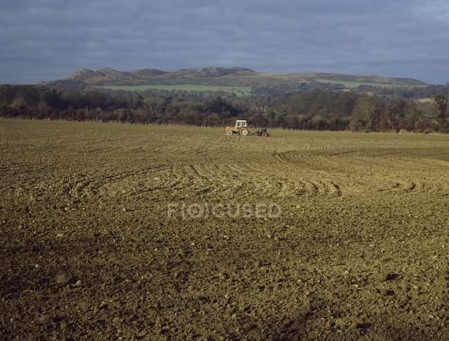 Trator em campo, preparo do solo; Irlanda — Fotografia de Stock