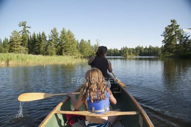 Два человека на каноэ, озеро Вудс, Онтарио, Канада — стоковое фото