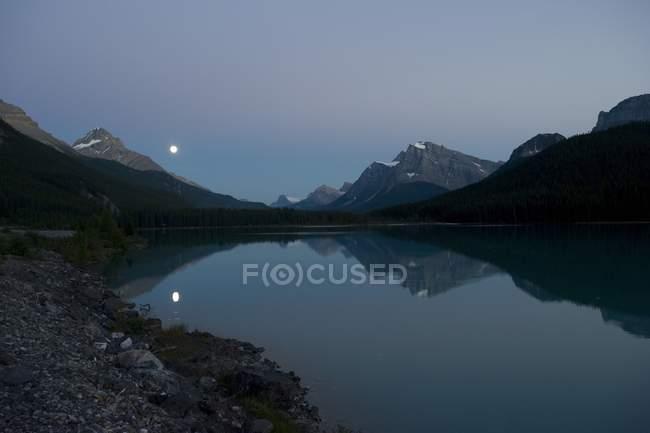 Sorgere della luna, Lago Waterfowl — Foto stock