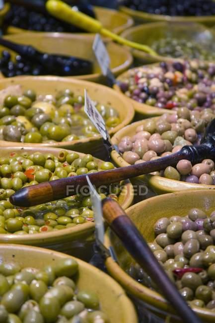 Surtido aceitunas en el mercado - foto de stock