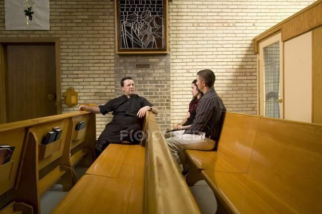 Katholischer Priester sprechen mit ein paar — Stockfoto