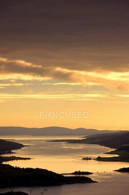 Puesta de sol sobre el agua - foto de stock