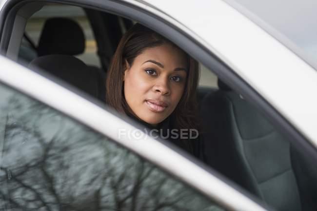 Donna che si siede nel veicolo — Foto stock