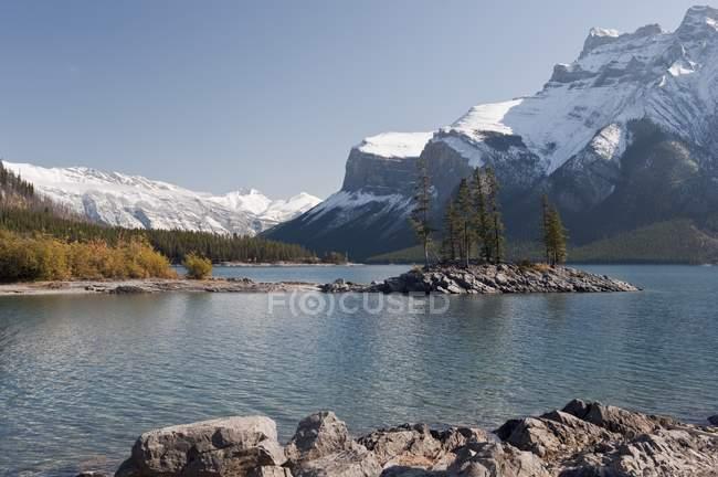 Lago Minnewanka e montagem Inlismaldie — Fotografia de Stock
