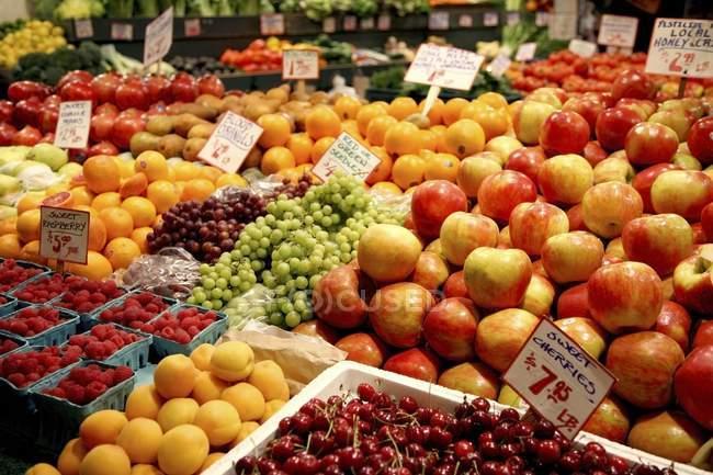 Frutas para la venta en los casos - foto de stock