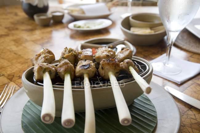 Comida balinesa - carne em paus que põem em boliche em casa — Fotografia de Stock