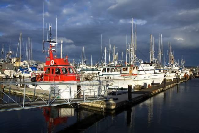 Casas y botes amarrados - foto de stock