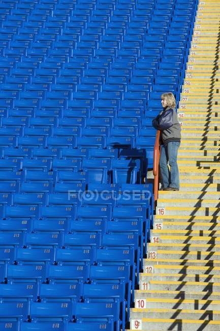 Matura donna caucasica in piedi da solo nello stadio vuoto — Foto stock 0d9573ddf159