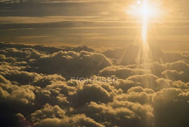 Lever du soleil au-dessus des nuages contre le soleil — Photo de stock
