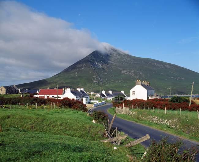 Doogort Village et Mont Slievemore — Photo de stock