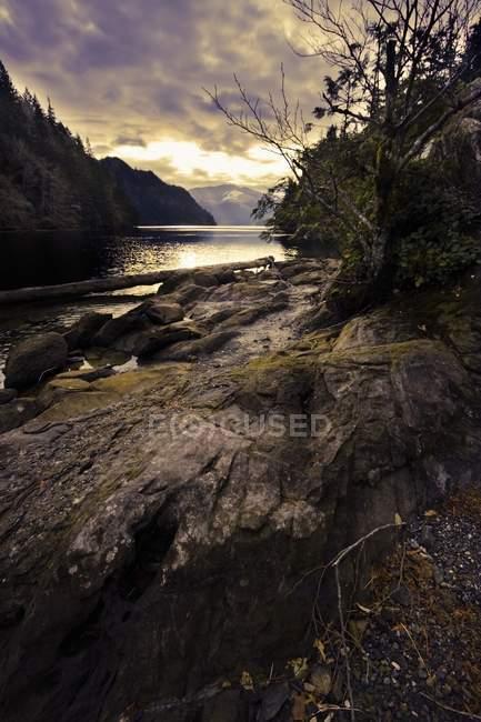 Sole che tramonta su un fiume — Foto stock