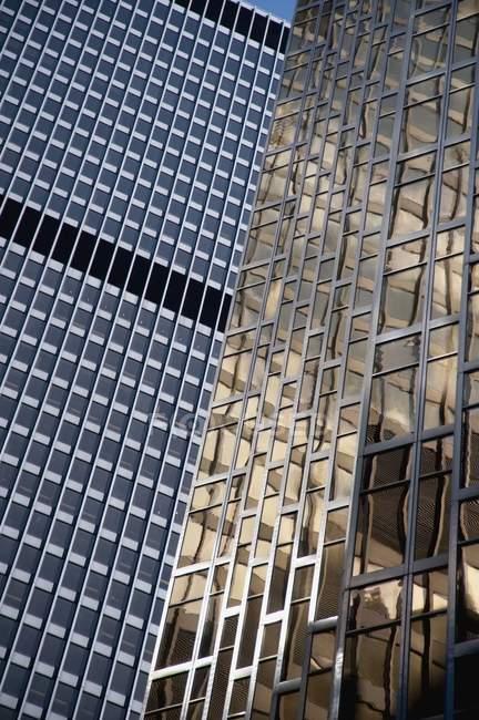 Edifício de escritórios moderno — Fotografia de Stock