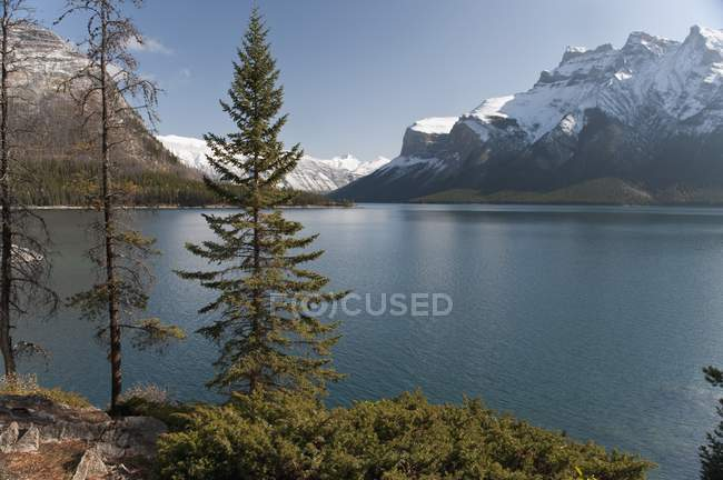 Minnewanka озеро та гору Inglismaldie — стокове фото