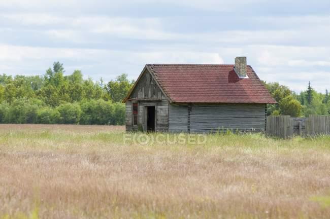 Fienile Esterno sul campo — Foto stock