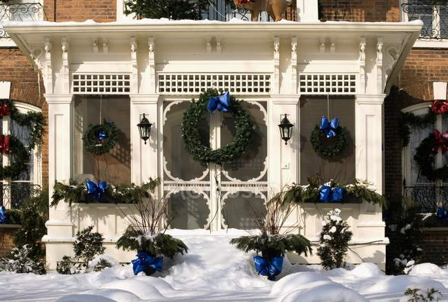 Christmas Decorations On Exterior Of Building — Stock Photo