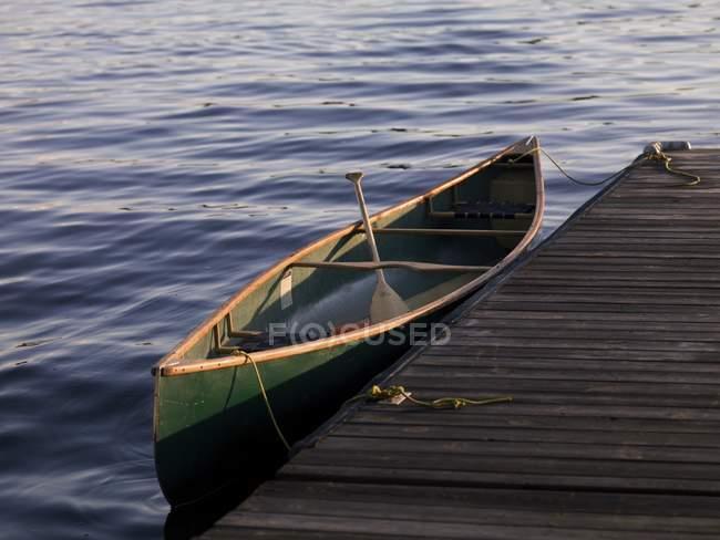 Kanu vertäut am Dock — Stockfoto