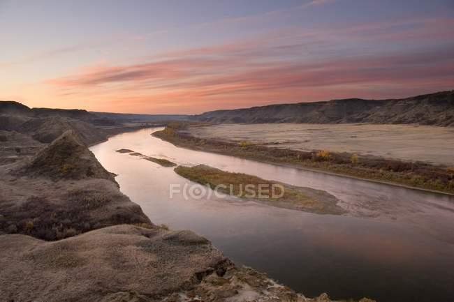 Rivière Red Deer, avant le lever du soleil en Alberta — Photo de stock