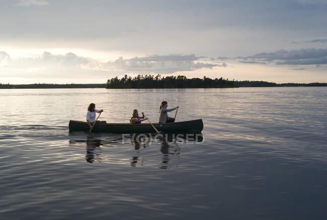 Três pessoas Canoagem; Lake Of The Woods, Ontário, Canadá — Fotografia de Stock