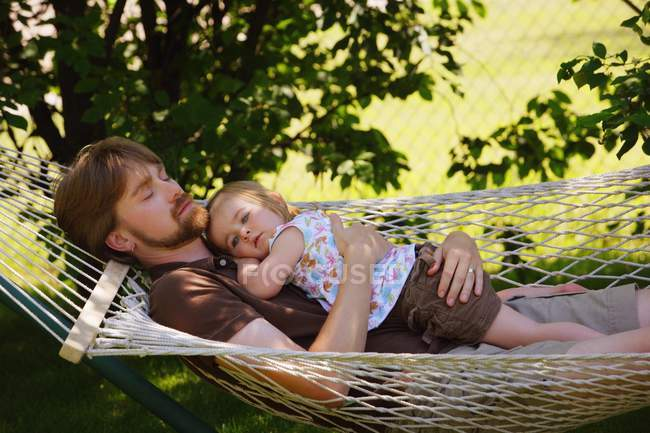 Father and daughter relaxing on hammock — Stock Photo