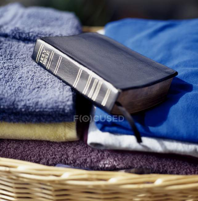 Biblia a lavandería - foto de stock