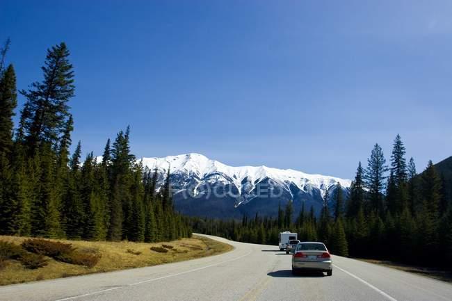 Strada di montagna con le automobili — Foto stock