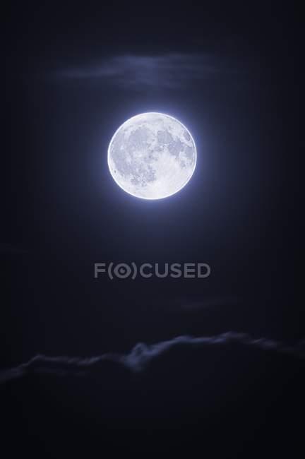Lua cheia com nuvens — Fotografia de Stock