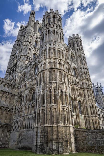 Ely Kathedrale hat seinen Ursprung im Ad 672 als St Etheldreda eine Klosterkirche gebaut. Die heutigen Gebäude stammt aus dem 1083 und Status als Kathedrale wurde 1109 gewährt; Ely, Cambridgeshire, England — Stockfoto