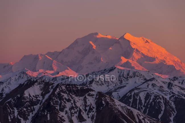 Cime innevate sulle montagne al tramonto — Foto stock