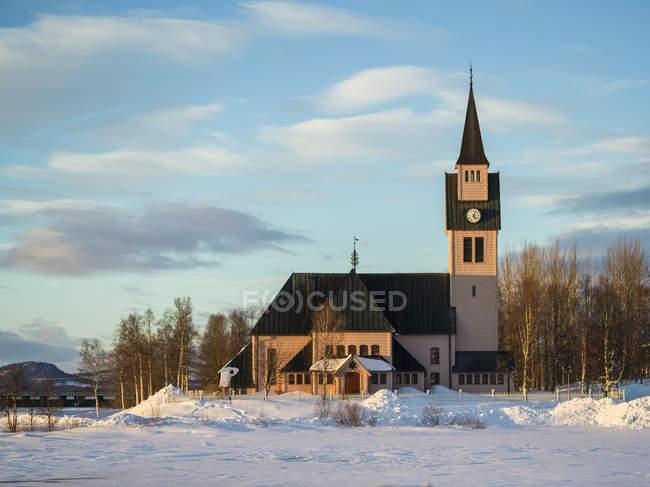 Iglesia Arjeplog, la bonita iglesia rosa; Arjeplog, Condado de Norrbotten, Suecia - foto de stock