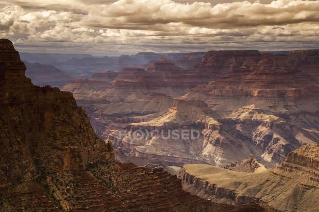 Vista do Overlook Grandview nas formações geológicas do Canyon no Parque Nacional Grand Canyon, a borda sul Tusayan, no Arizona, em meados do verão; Arizona, Estados Unidos da América — Fotografia de Stock