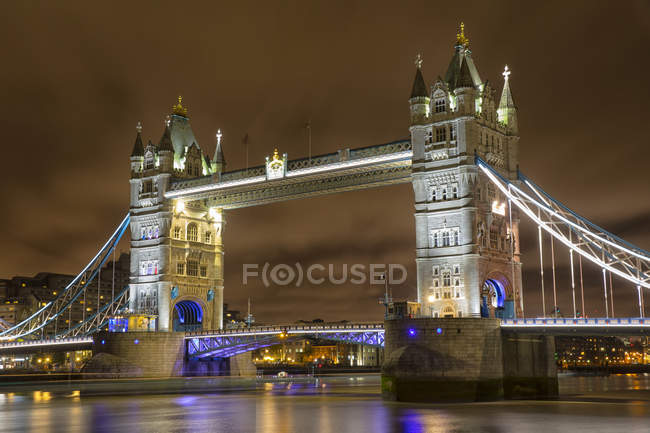 Tower Bridge de nuit ; au fil de l'eau de la rivière, Londres, Angleterre — Photo de stock