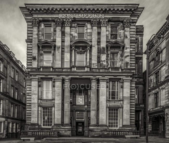 Das ehemalige klassizistische postgebäude wurde zwischen 1871-1874 erbaut und wird heute als architekturbüro genutzt; newcastle on tyne, tyne and wear, england — Stockfoto
