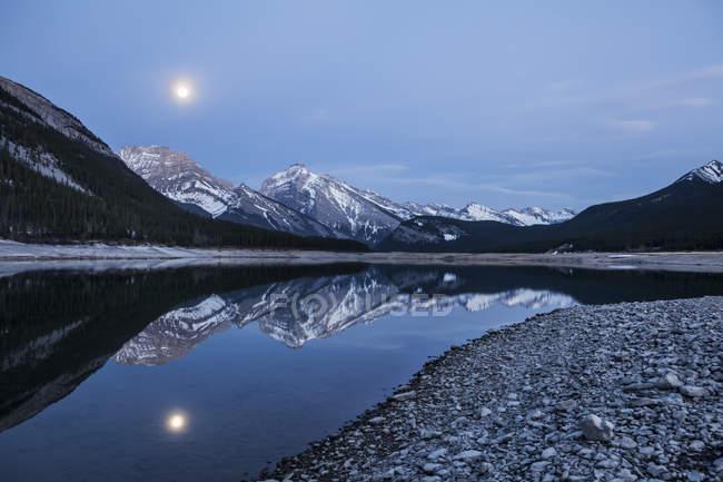 Alberta montanhas e lagos na noite; Alberta, Canadá — Fotografia de Stock