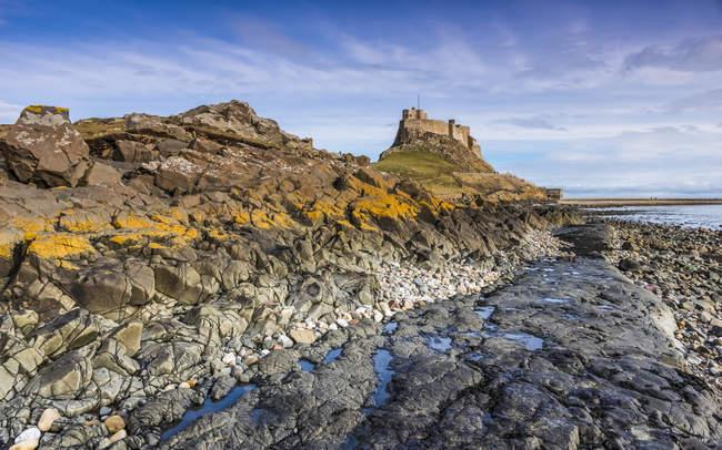 Перегляд скелястий берег проти води денний час — стокове фото