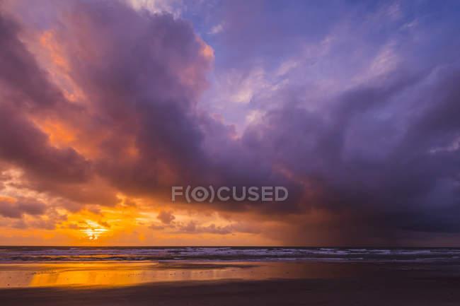 Ansicht des bewölkten Himmel und große Sonnenuntergang über dem ruhigen Meerwasser — Stockfoto