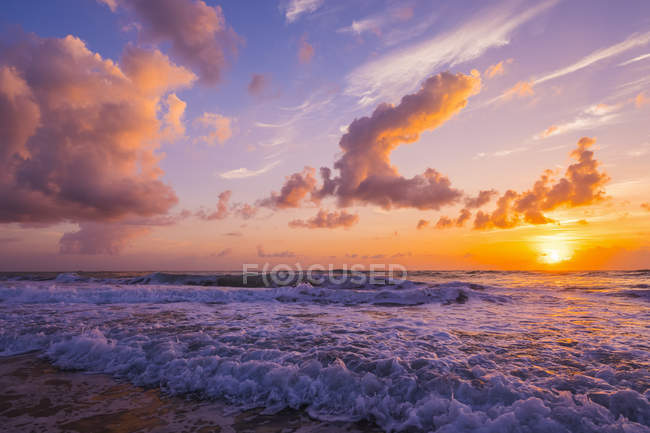 View of cloudy sky and great sunset over wavy  sea water — Stock Photo