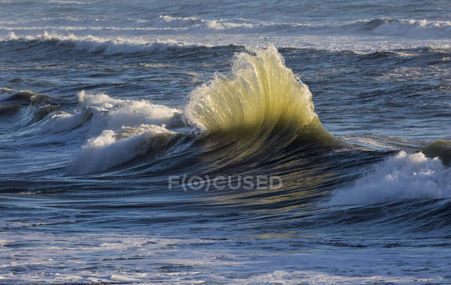Waves in sea water against shore during daytime — Stock Photo