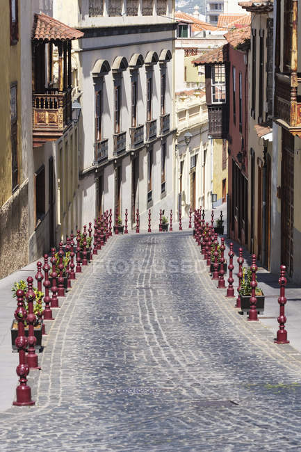 Street Lined With Residential Buildings And Decorative Red Posts In The Historic Part Of Town; La Oratava, Tenerife North, Canary Islands, Spain — Stock Photo