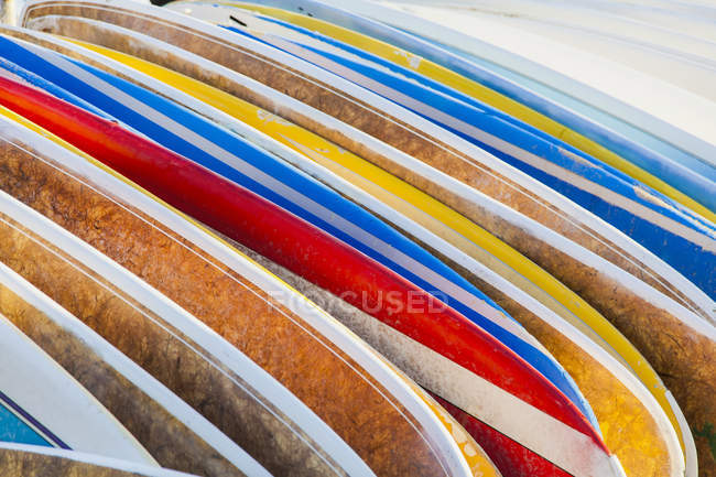 A stack of colourful longboard surfboards placed on the beach,; Waikiki, Oahu, Hawaii, United States of America — Stock Photo