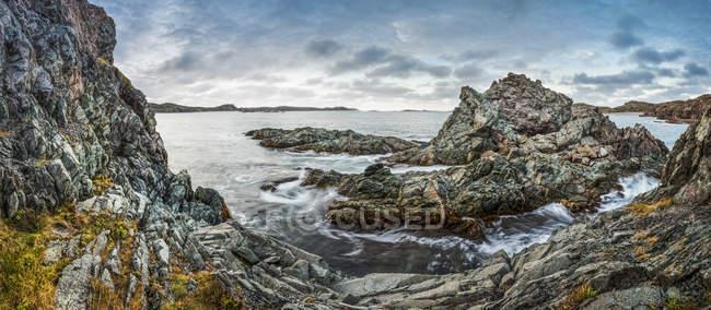 Скелястий берег і скелі проти морської води денний час — стокове фото