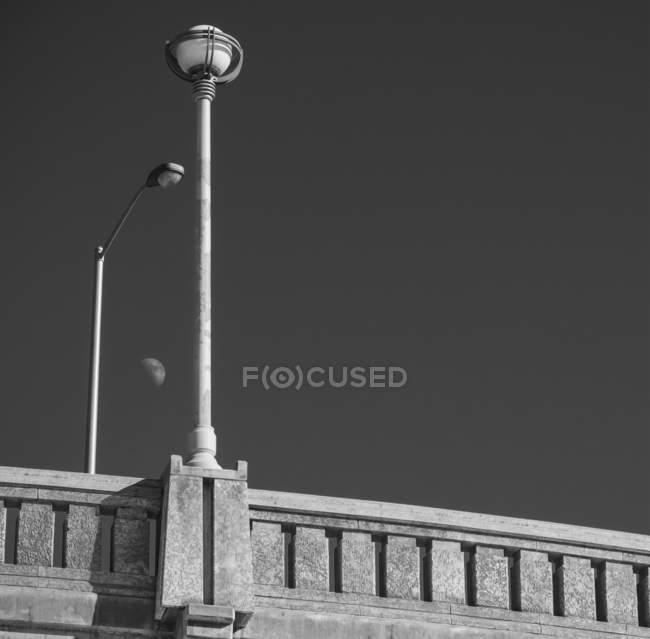 Vue de la lune entre le réverbère et le lampadaire ; Winnipeg, Manitoba, Canada — Photo de stock