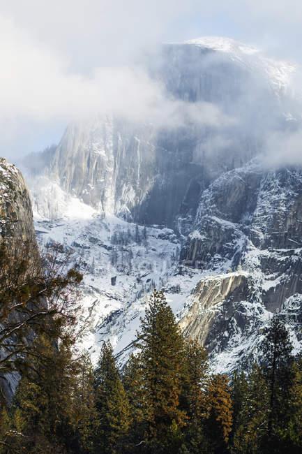 Half Dome de neige et des nuages, Parc National de Yosemite, Californie, États-Unis d'Amérique — Photo de stock