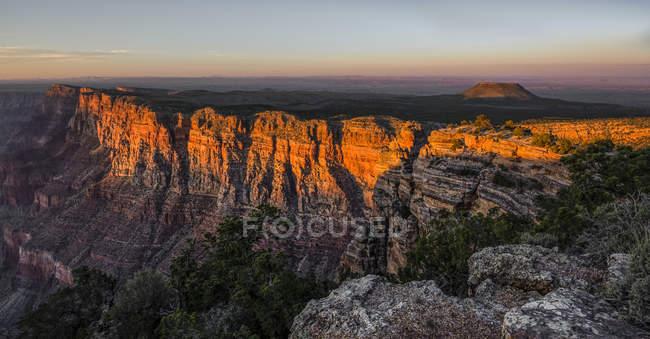 Um vulcão extinto perto da borda do Grand Canyon ao pôr do sol; Arizona, Estados Unidos da América — Fotografia de Stock