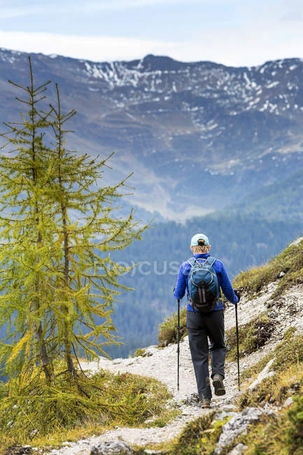 Weibliche Wanderer entlang alpine Trail mit Farben des Herbstes und das Tal, Sexten, Bozen, Italien — Stockfoto